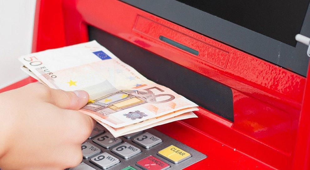 """Napoli, bancomat """"regala"""" 980 euro: lui raccoglie e porta tutto alla polizia"""