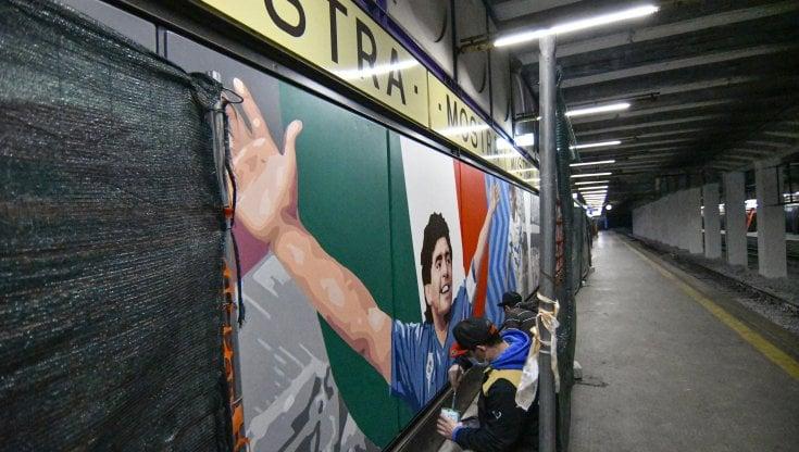 """Fuorigrotta, nella stazione Mostra della Cumana i murales del Napoli: da Maradona ai """"traditori"""" Sarri e Higuain"""
