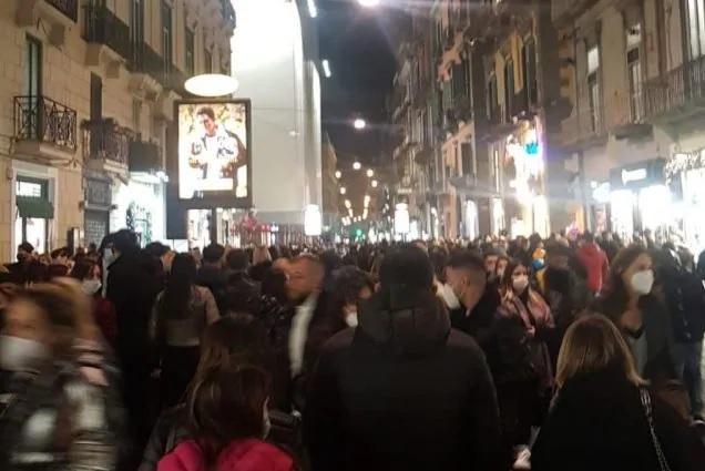 Il covid non fa paura a Napoli: folla nelle vie dello shopping