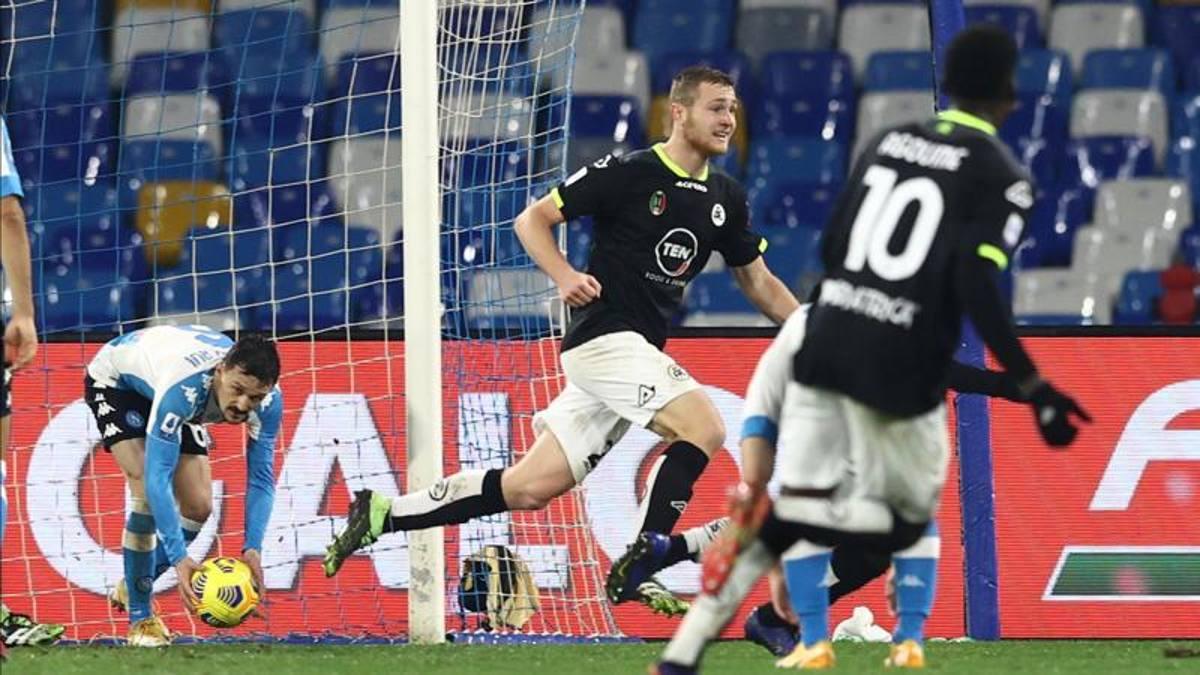 """Il Napoli spreca troppo, lo Spezia in 10 vince 1-2 al """"Maradona"""""""