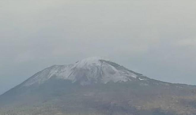 Napoli, la prima neve sul Vesuvio nel 2021