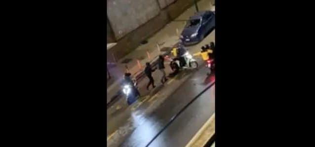 Rider picchiato e derubato a Napoli, fermati 5 sospettati e recuperato lo scooter
