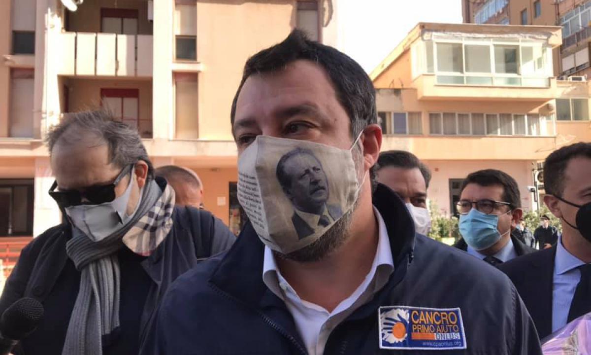 Salvini in via D'Amelio con la mascherina di Paolo Borsellino: è polemica