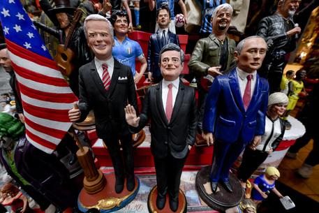 Governo, la statuina di Mario Draghi sul presepe a Napoli