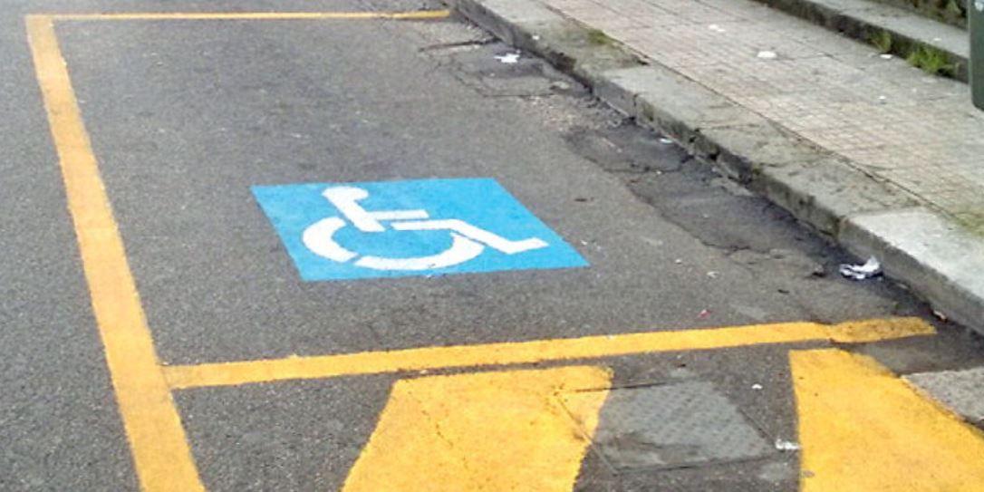 """Fa multare auto parcheggiata in un posto riservato, disabile """"punita"""" nel Napoletano: torna e trova le gomme bucate"""
