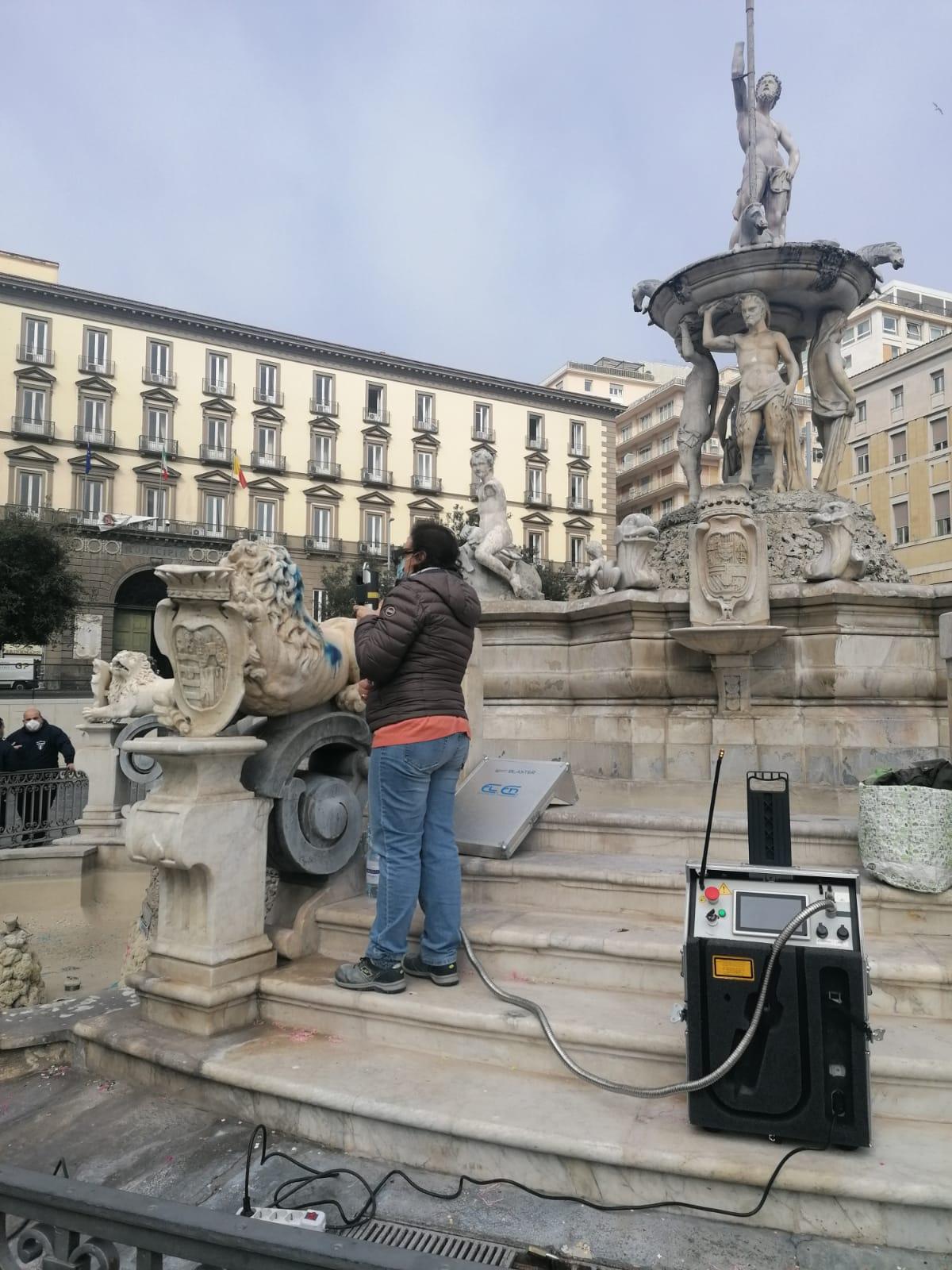 Imbrattata la Fontana del Nettuno a Napoli, intervengono gli Angeli del Bello (VIDEO)