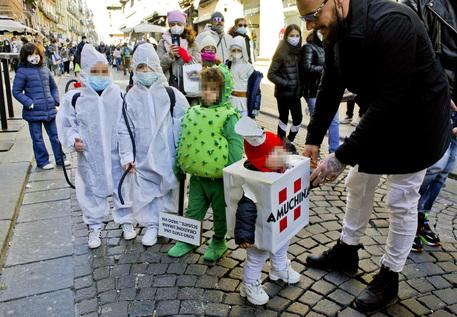 Covid: bimbo vestito da virus tra i costumi di Carnevale a Napoli