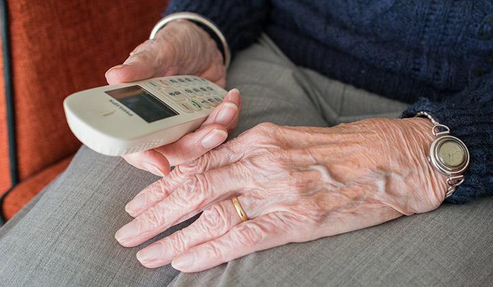 Vaccini, l'Asl Napoli 1 avverte gli anziani: attenti alle telefonate truffa
