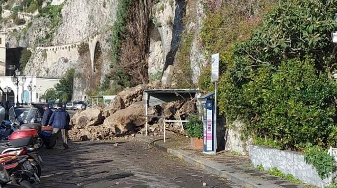 Amalfi, frana costone roccioso sul lungomare: invasa la statale 163