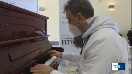 Bacoli, infermiere-pianista rallegra l'attesa degli anziani per il vaccino (VIDEO)