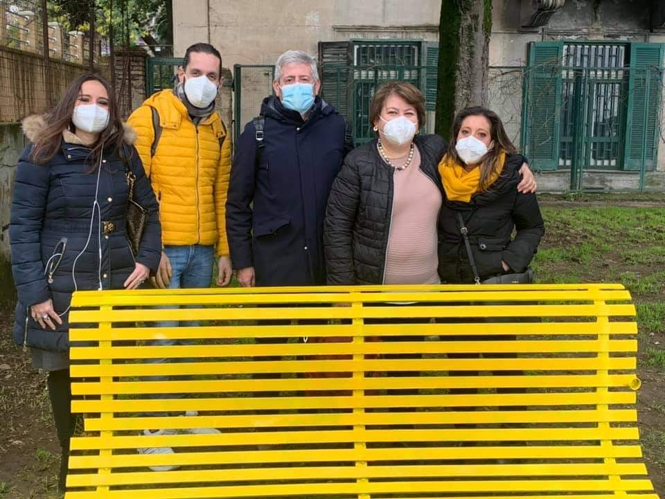 Napoli - Installata la prima panchina gialla contro bullismo e cyberbullismo