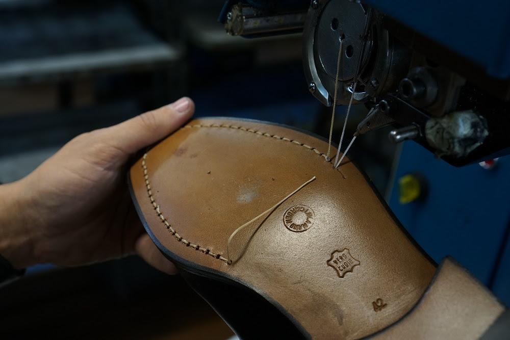 """Così i """"Sarti delle scarpe"""" realizzano (al millimetro) le calzature su misura"""