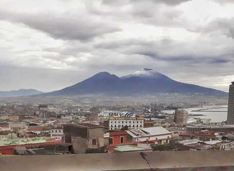Napoli, scendono le temperature e torna la neve sul Vesuvio