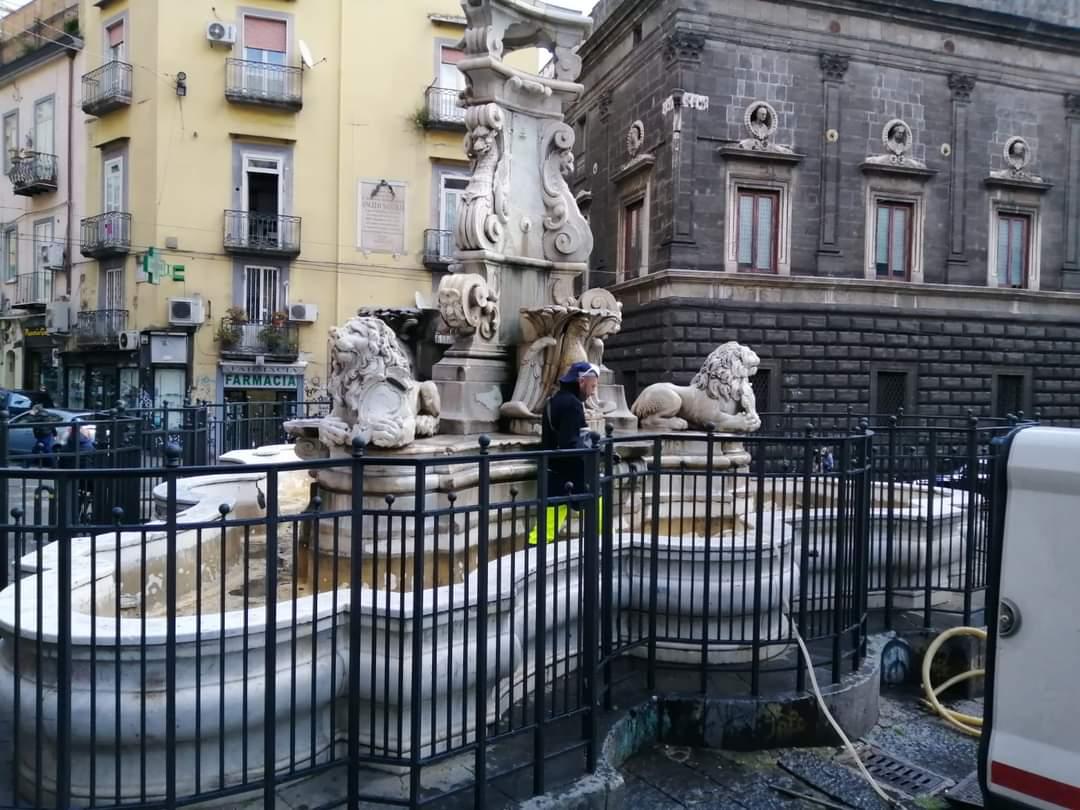 Napoli, via acquitrini e piante infestanti dalla fontana di Monteoliveto