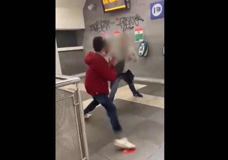 Bacia il compagno e viene aggredito nella stazione della metro - VIDEO