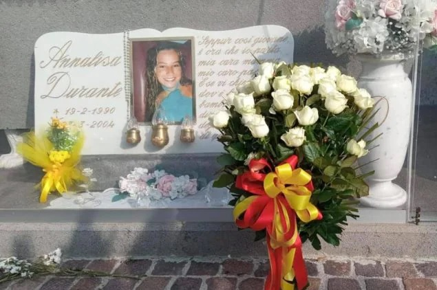 Un mazzo di rose bianche del Comune di Napoli sulla tomba di Annalisa Durante, uccisa a 14 anni dalla camorra
