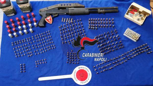 Centinaia di munizioni e un fucile a pompa sequestrati a Soccavo