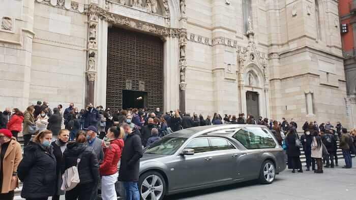 Uccisa con 12 coltellate dal compagno, in 300 al Duomo per i funerali di Ornella Pinto