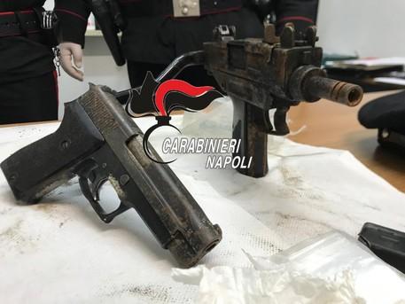 Fuorigrotta, mitra e pistola nascosti in un muro: sequestrati