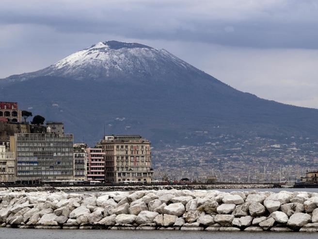 Maltempo, a Napoli torna la neve sul Vesuvio