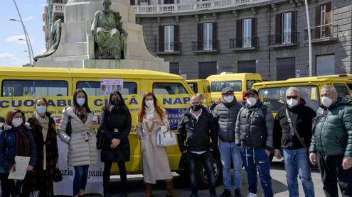 No Dad in piazza a Napoli con loro le showgirl Maria Mazza e Veronica Maya