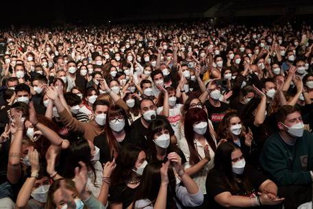 Spagna, test e mascherina: in 5mila per concerto live durante la pandemia