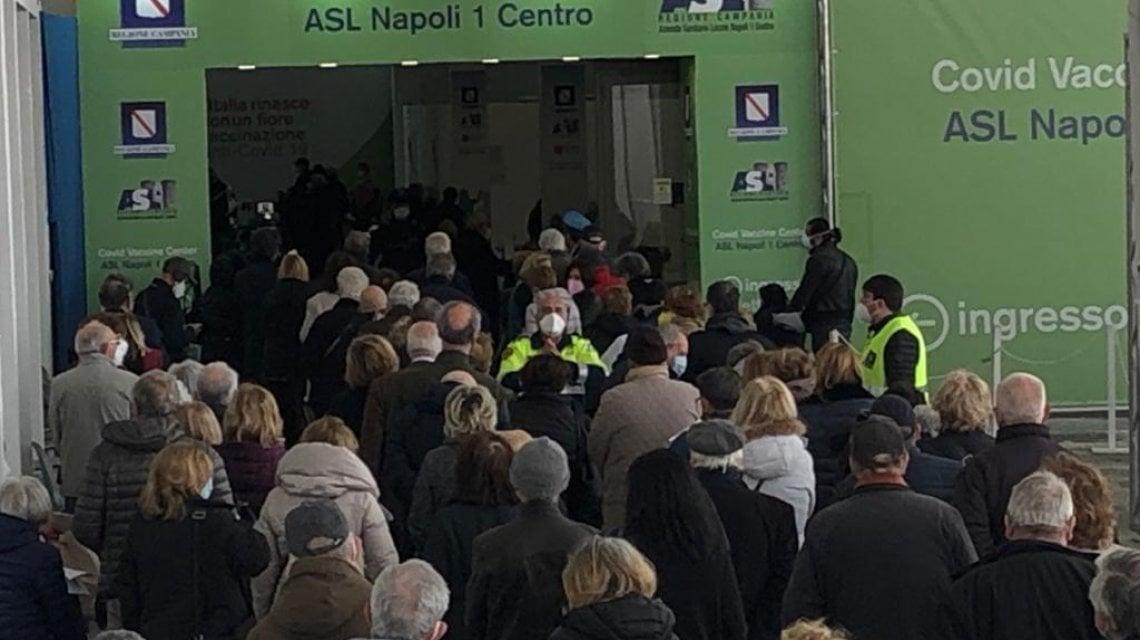 Vaccini: in fila a Napoli, dubbi per gli over 60 ma molti sì ad Astrazeneca
