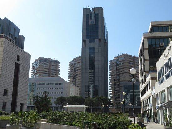 Donna cade nel vuoto e muore: tragedia al Centro Direzionale di Napoli