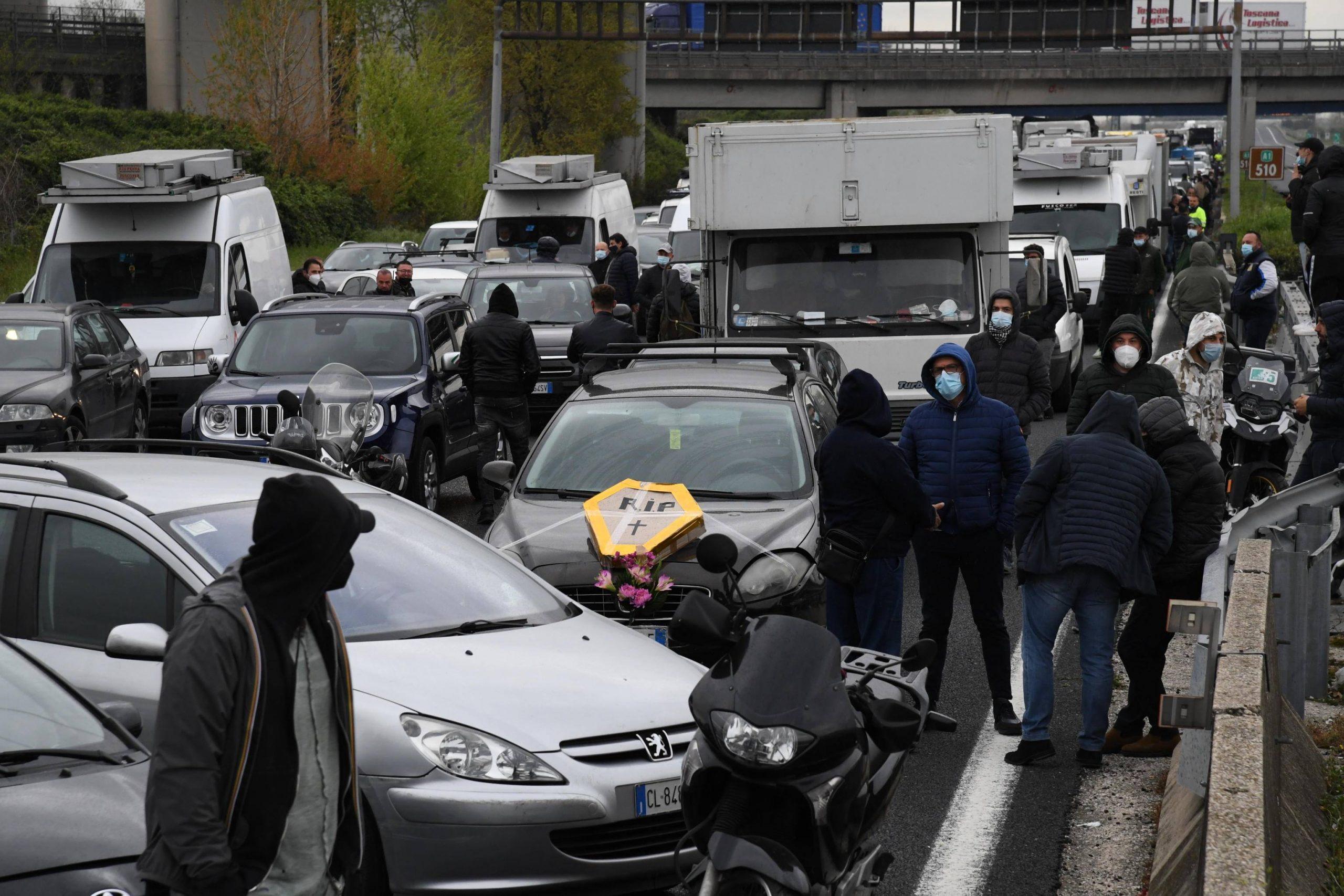 Zona rossa in Campania, esplode la rabbia dei mercatali: bloccata la Napoli-Caserta