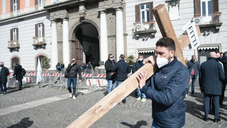 Napoli, la protesta dei commercianti contro le chiusure: 15 croci in piazza del Plebiscito