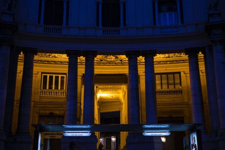 Ripristinata l'illuminazione dei porticati di fronte al Teatro San Carlo