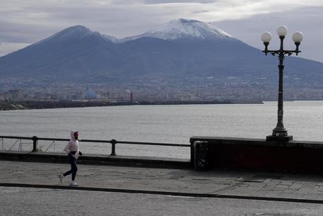 Calano le temperature, Napoli si risveglia con la neve sul Vesuvio