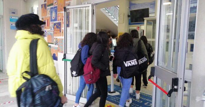 Campania in zona gialla, molte scuole superiori restano 50%