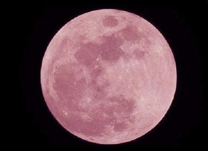 Superluna rosa in cielo