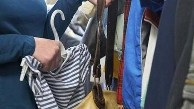 Fuorigrotta, 24enne presa mentre ruba in un negozio