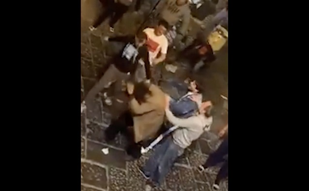 Via dei Tribunali presunto ladro picchiato a colpi di mazza