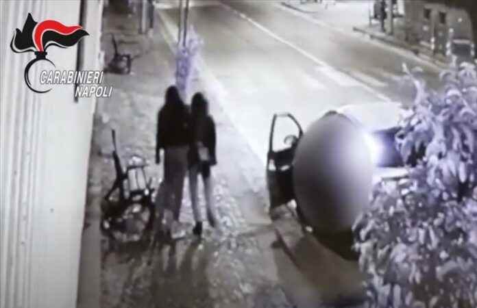 Colli Aminei, scaraventa a terra 2 ragazze per una borsa