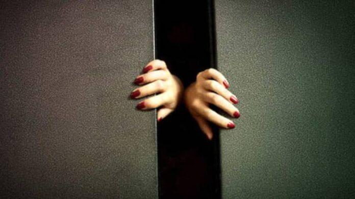 Napoli, tenta di violentare ragazza in ascensore: arrestato
