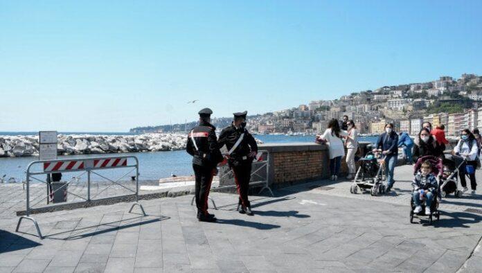 Napoli, domenica di sole: strade e ristoranti pieni