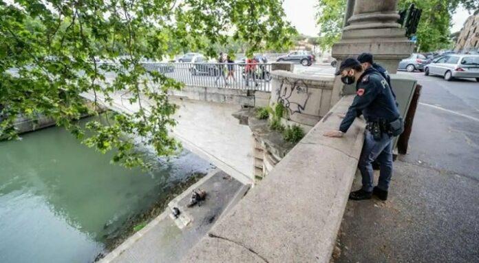 Ponte Garibaldi precipita per scattare un selfie: grave