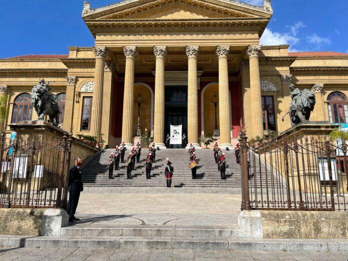 Strage di Capaci, lenzuolo memoria Teatro Massimo di Palermo