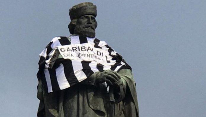 Garibaldi juventino: a Napoli statua con maglia bianconera