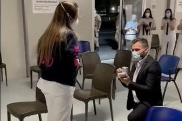 Caserta, proposta di matrimonio nell'hub vaccinale (VIDEO)