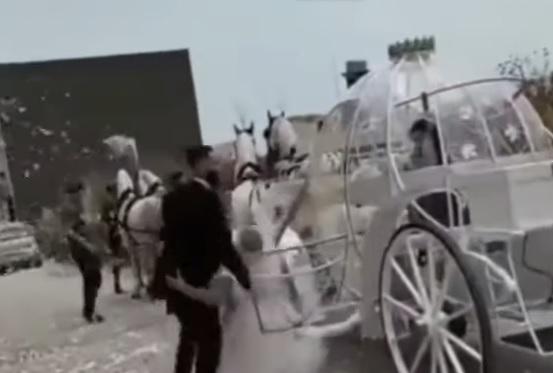 Sposa cade dalla carrozza a Napoli: il video diventa virale