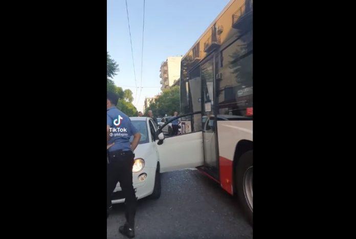 Secondigliano, la portiera dell'auto si incastra nel bus: le immagini sono virali (VIDEO)