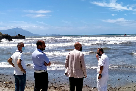 Torregaveta, 60enne disperso in mare per salvare 2 ragazzi