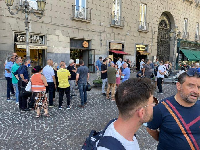 Sotto Palazzo San Giacomo protestano i lavoratori delle Arciconfraternite