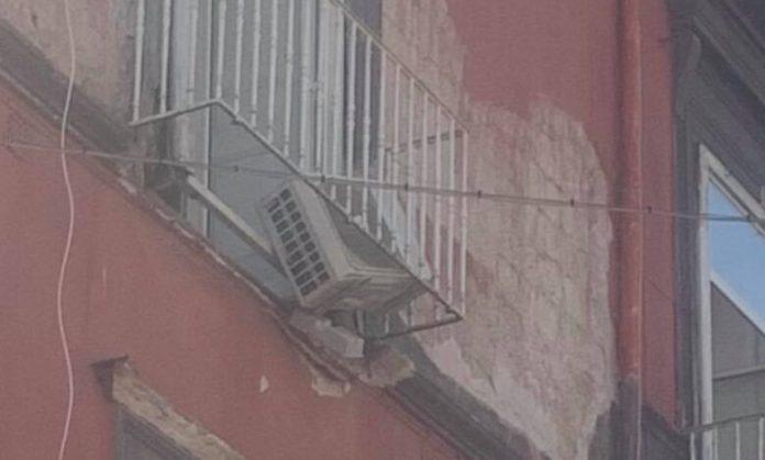 Rione Sanità, crolla il balcone palazzo: ferito un passante