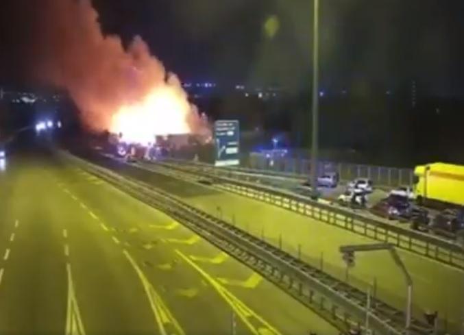 Incendio nel campo nomadi di Barra: fiamme e autostrada chiusa (VIDEO)