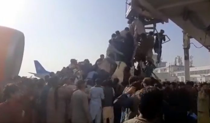 I talebani entrano a Kabul, assalto disperato ai voli - VIDEO
